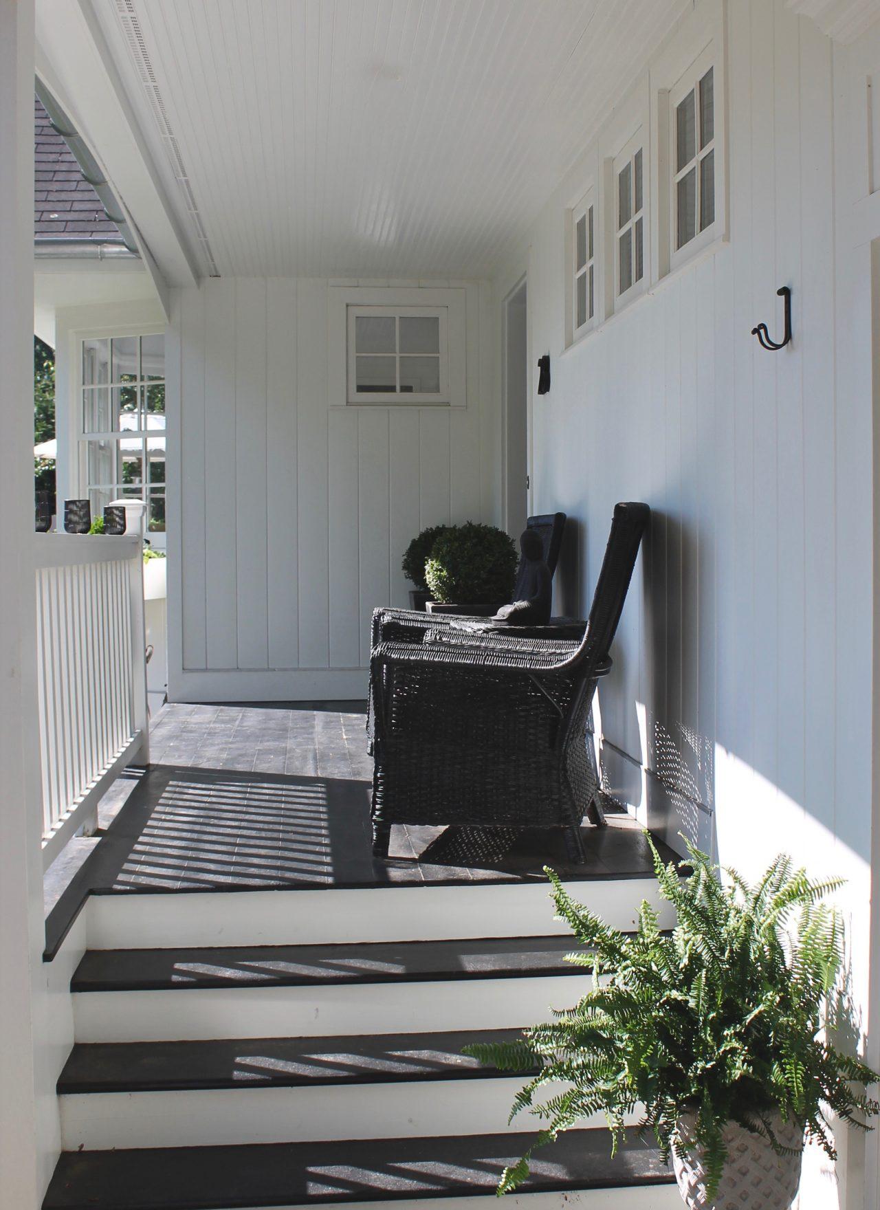 black and white modern farmhouse