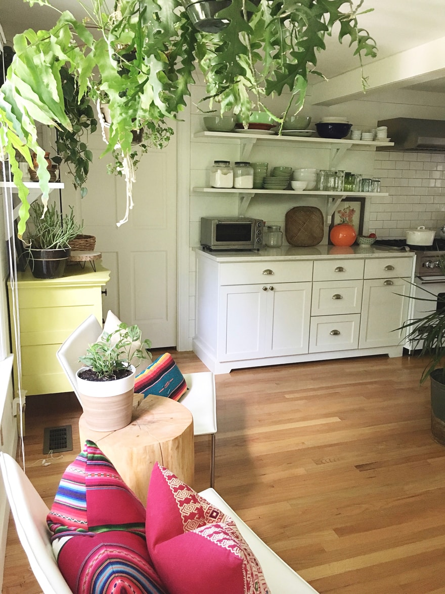Bohemian-white-Kitchen-plants-textiles-open-shelving