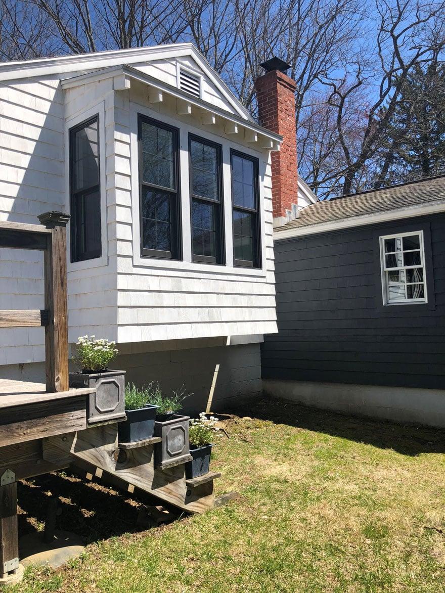 white house, black garage